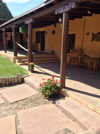 Old Taos Guesthouse B&B : The front patio