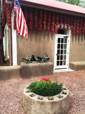 Old Taos Guesthouse B&B: More of the front courtyard