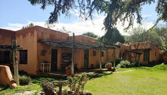 Old Taos Guesthouse B&B: The rear yard