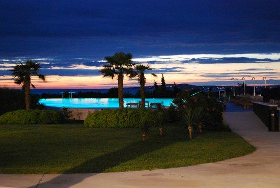 Falkensteiner Hotel & Spa Iadera: Pool mit traumhafter Abendstimmung