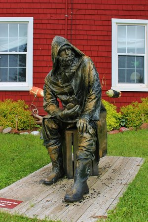 The Maroon Pig Art Gallery and Sweet Shop : Statue of seaman on the front lawn