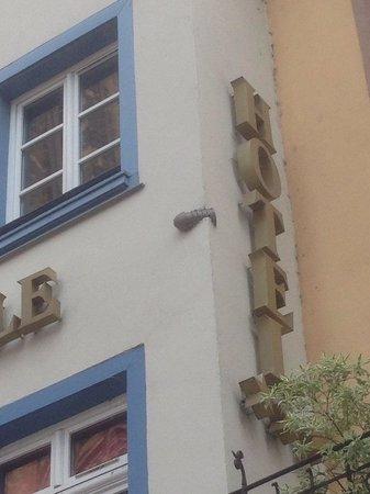 Liebfrauenmünster zu Straßburg (Cathédrale Notre-Dame de Strasbourg): Frente a la catedral, en la fachada del hotel hay incrustada una bomba -ya desactivada- de la II