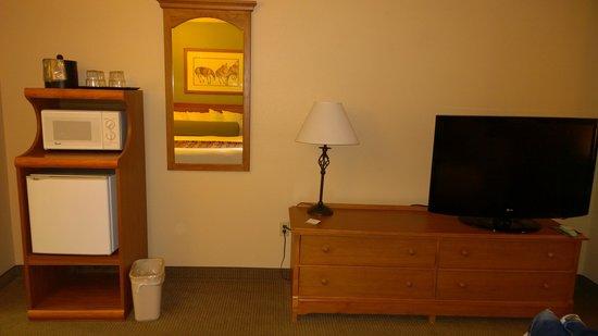 Best Western Plus King's Inn & Suites: TV, Refrigerator & Microwave