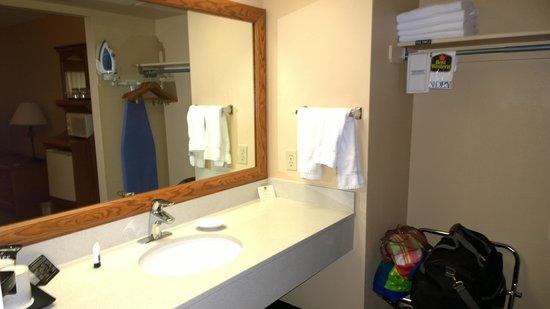 Best Western Plus King's Inn & Suites: Bathroom Vanity