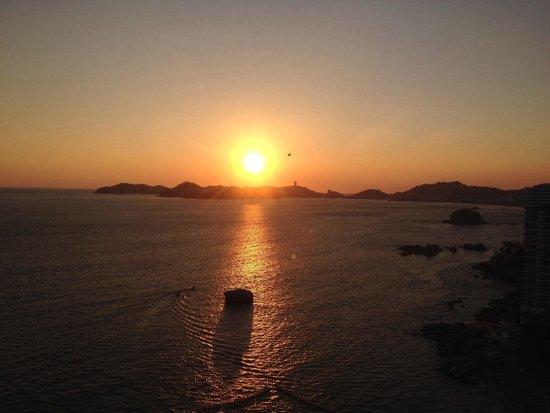 Calinda Beach Acapulco: Atardecer visto desde el hotel