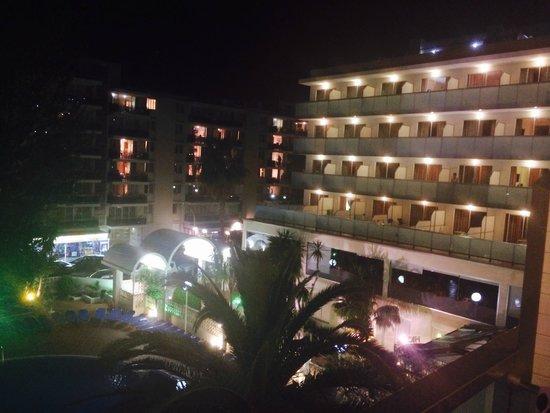 H10 Delfin: Hotel at night