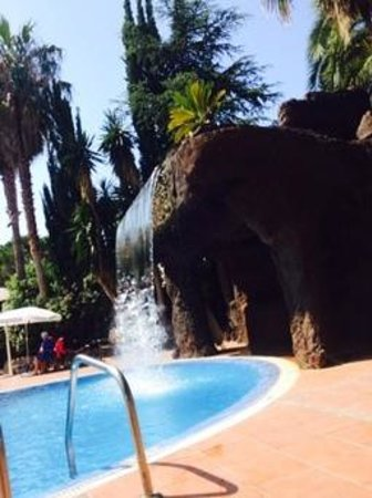 H10 Delfin: Waterfall into pool