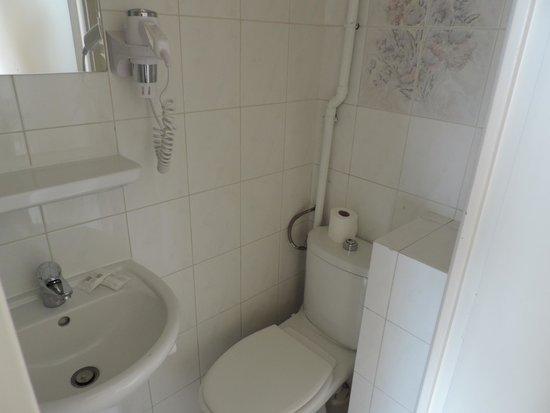 Hotel du Mont Blanc: Banheiro muito pequeno