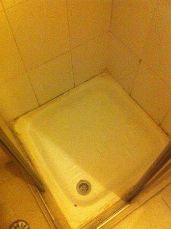 Momo's Hostel: shower