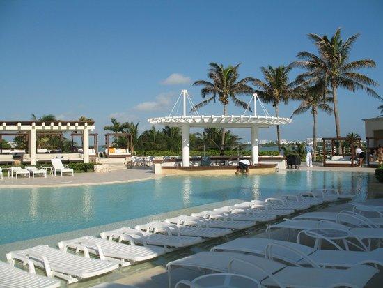 Grand Park Royal Cancun Caribe: Swim-up bar