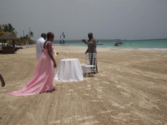 Beaches Negril Resort & Spa : Wedding on the beach