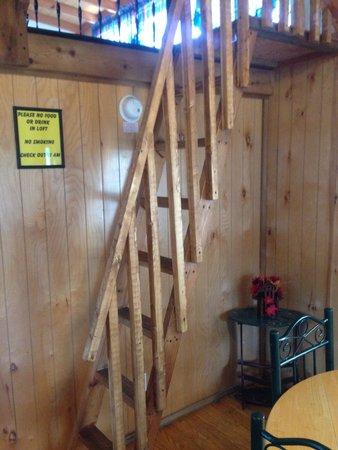Navarre Beach Camping Resort: Stairs to loft cabin C60