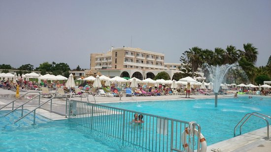 Louis Phaethon Beach: Looking over towards the main dining and hotel