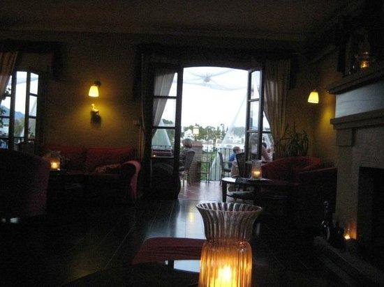 Tehuelche Grill Argentino : Set fra pejsestuen ud på terassen