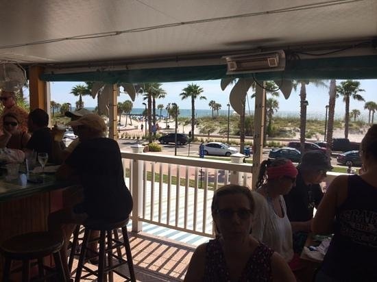 Crabby's Beachwalk Bar & Grill : awesome beach view and breeze