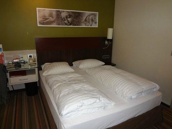 Leonardo Hotel & Residence München: cama de casal