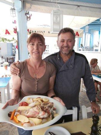 Fisherman - Giorgos & Marina Taverna: Marina e Giorgos con lo scorfano cotto