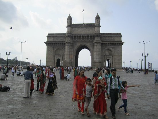 Gateway of India : Indian tourists in front of Gateway