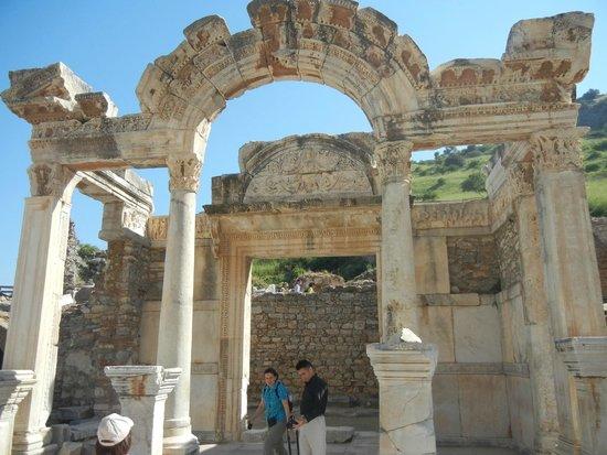 Ephesus Tours: Templo de Adriano