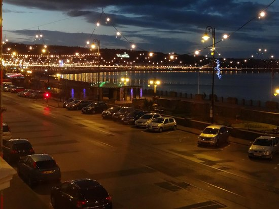 Ellan Vannin Metro Hotel: View from room spectacular at night