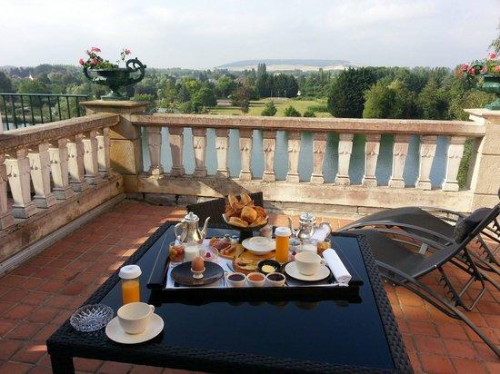 La Cote Saint Jacques : Petit déjeuner en terrasse avec vue sur Yonne