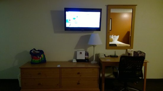 Best Western Hi-Desert Inn: TV, Dresser & Desk
