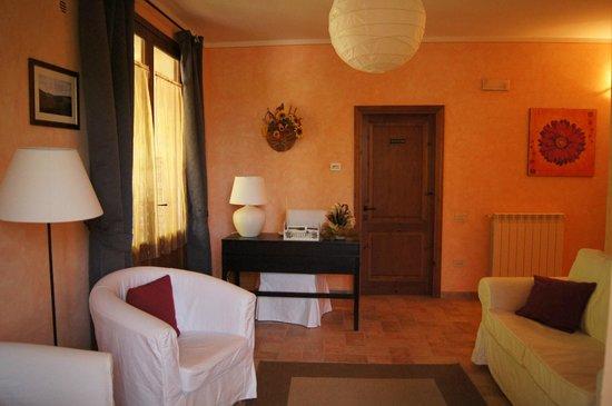 Agriturismo Cesani: Hall de la casita donde estaba nuestra habitación