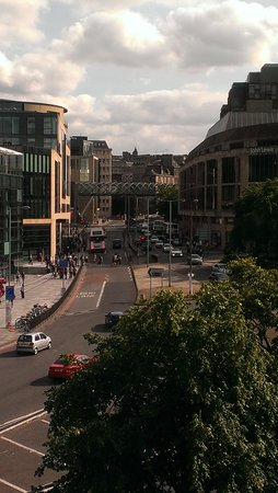 Holiday Inn Express - Edinburgh City Centre : View of the street outside, car park top left