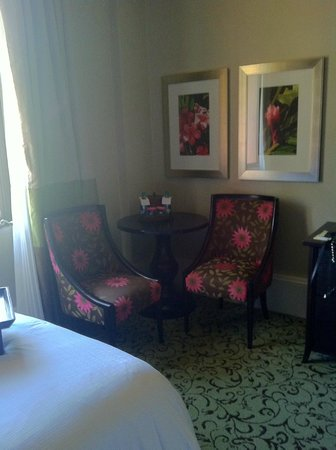 The Royal Hawaiian, a Luxury Collection Resort: Sitting area in room