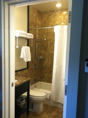 The Royal Hawaiian, A Luxury Collection Resort, Waikiki: Bathroom of room #325