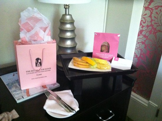 The Royal Hawaiian, a Luxury Collection Resort: Special gifts sent to room. Fresh Fruit and fresh warm-Banana Muffins