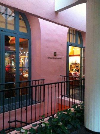 The Royal Hawaiian, a Luxury Collection Resort: Corridor of Hotel