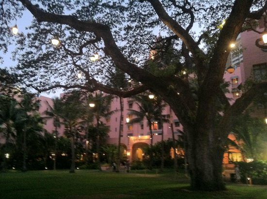 The Royal Hawaiian, a Luxury Collection Resort: Evening - grounds of rear of hotel
