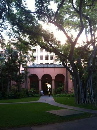 The Royal Hawaiian, a Luxury Collection Resort: Front Entrance to hotel