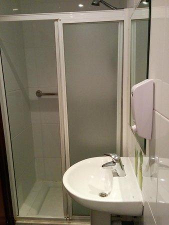 Zubia Urban Rooms: Uno de los baños compartidos