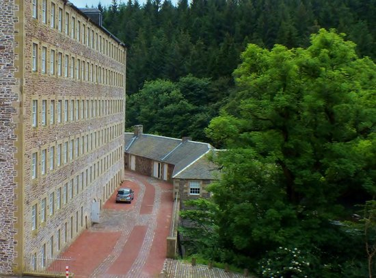 New Lanark Mill Hotel: Waterhouses at the back of the hotel