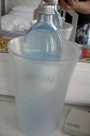 Arthotel ANA Adlon: В номере - бутылка воды, приятный подарок от отеля
