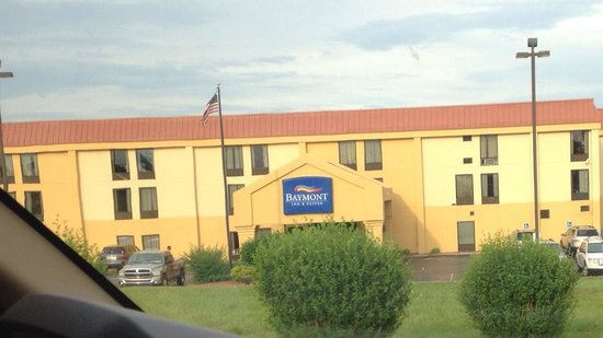 Baymont Inn & Suites Crossville: Drive into motel.