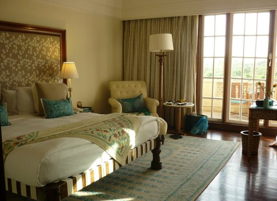 The Oberoi Amarvilas: Enormous bed