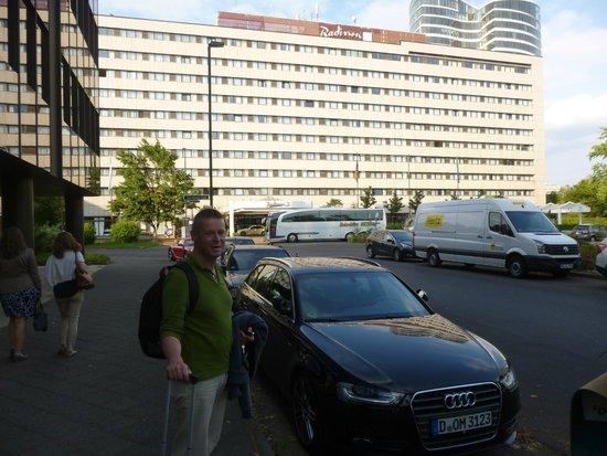 Radisson Blu Scandinavia Hotel, Dusseldorf: FREE PUBLIC PARKING NEAR METRO