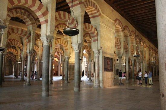 Cathédrale de Cordoue : arcos árabes da Mesquita Catedral de córdo com suas litras vermelho - terra...lindo