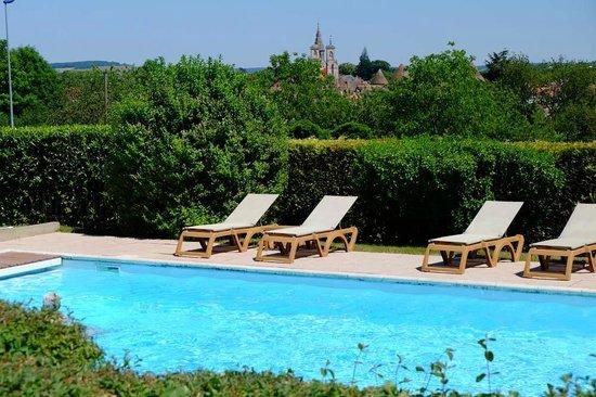 Hostellerie d'Aussois : Blick vom Außenrestaurant zum Pool und zum Ort