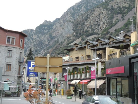 Hotel Mercure : Rua de compras e restaurantes por tras do hotel