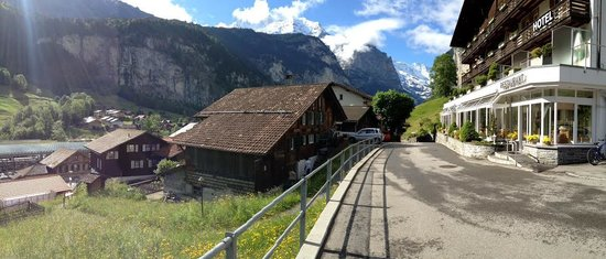 Hotel Silberhorn: From in front of hotel, you can see train station on the left