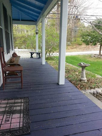 Blue Goose Inn Bed and Breakfast: Relaxing porch
