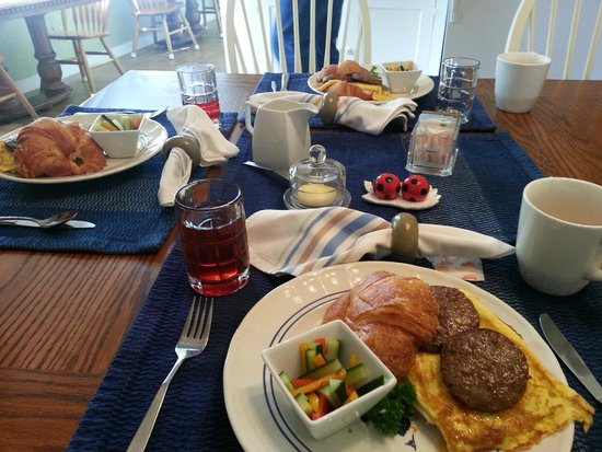 Blue Goose Inn Bed and Breakfast: Yummy breakfast each morning!