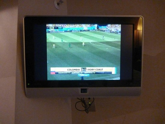 Hilton London Kensington : Technical incompetence - 4:3 on a widescreen TV and very poor picture