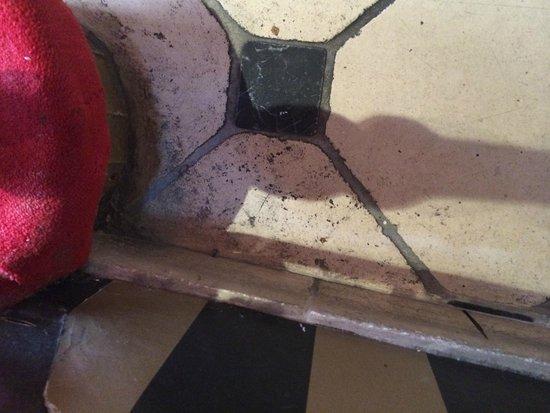 Eiffel Rive Gauche: Dirty floor