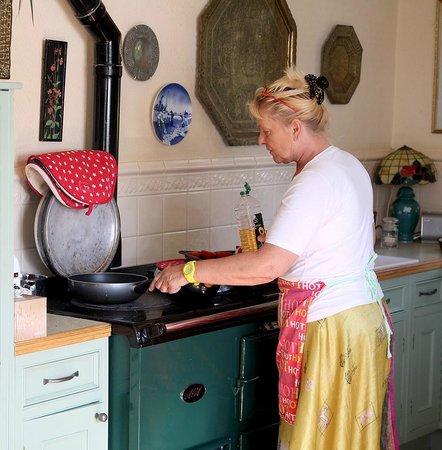 Norwegian Wood Organic Bed and Breakfast: Heather cooking breakfast