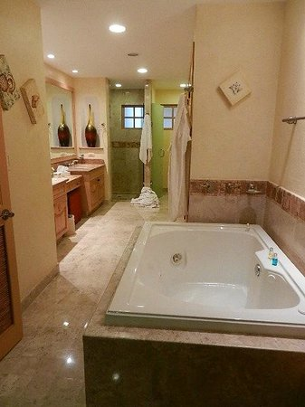 Villa La Estancia: Our master bathroom